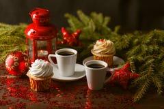 Kerstmislantaarn die in dark met zilveren sterren op rode backg gloeien Royalty-vrije Stock Fotografie