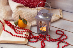 Kerstmislantaarns, mandarin, rode parels op houten achtergrond Royalty-vrije Stock Foto