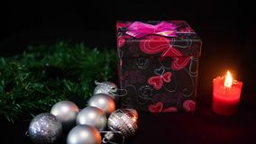 Kerstmislengte met giftdozen, kaars het branden en balkerstmis stock footage