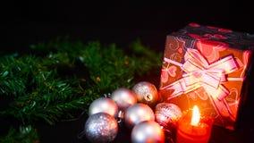 Kerstmislengte met giftdozen, kaars het branden en balkerstmis stock videobeelden