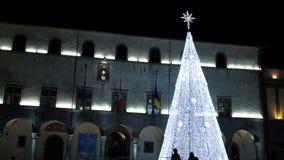 Kerstmislichten als phantasmagorical atmosfeer in oude stad FDV stock video