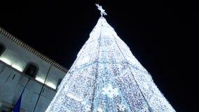 Kerstmislichten als phantasmagorical atmosfeer in oude stad FDV stock videobeelden