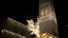 Kerstmislichten als phantasmagorical atmosfeer in oude stad FDV stock footage