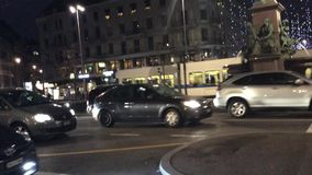 Kerstmislichten in Bahnhofstrasse Zürich dichtbij de Belangrijkste Post, Zwitserland stock footage