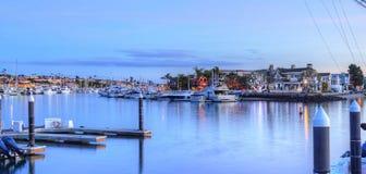 Kerstmislichten in de haven van het Balboaeiland Stock Fotografie