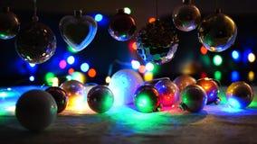Kerstmislichten en Kerstmisballen stock videobeelden