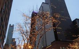 Kerstmislichten en wolkenkrabbers Stock Afbeelding