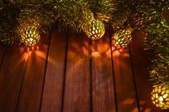 Kerstmislichten op de rode houten achtergrond Royalty-vrije Stock Afbeelding