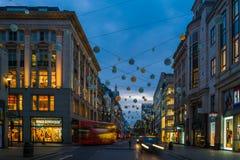 Kerstmislichten op de Straat van Oxford, Londen, het UK Stock Afbeeldingen
