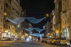 Kerstmislichten op een straat bij nacht in Rome, Italië Stock Afbeelding