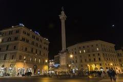 Kerstmislichten op een straat bij nacht in Rome, Italië Stock Foto