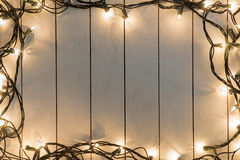 Kerstmislichten op houten stock fotografie