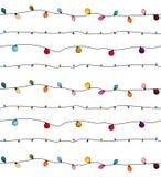 Kerstmislichten op koord voor de kaarten van de Kerstmisvakantie, banners, affiches, Webontwerp Het patroon van de slingersdecora stock illustratie