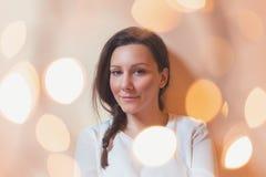 Kerstmislichten voor glimlachend meisje Royalty-vrije Stock Afbeelding