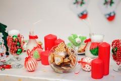 Kerstmislijst altijdgroene tak en bal Stock Foto