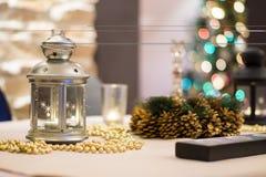 Kerstmislijst altijdgroene tak en bal Stock Afbeelding