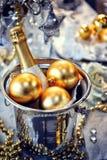 Kerstmislijst die met champagne plaatsen stock foto's