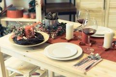 Kerstmislijst die met decoratie plaatsen stock foto's