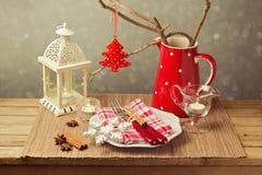 Kerstmislijst die met Kerstmisdecoratie en kaarsen plaatsen Stock Foto's