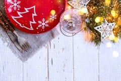 Kerstmislijst die met Kerstmisdecoratie plaatsen op witte achtergrond Royalty-vrije Stock Foto