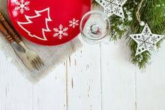 Kerstmislijst die met Kerstmisdecoratie plaatsen op witte achtergrond Royalty-vrije Stock Foto's