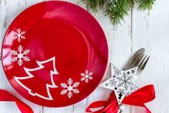 Kerstmislijst die met Kerstmisdecoratie plaatsen op witte achtergrond Stock Foto