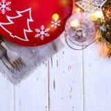 Kerstmislijst die met Kerstmisdecoratie plaatsen op witte achtergrond Royalty-vrije Stock Afbeeldingen