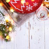 Kerstmislijst die met Kerstmisdecoratie plaatsen op witte achtergrond Royalty-vrije Stock Afbeelding