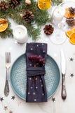 Kerstmislijst die met Kerstmisdecoratie plaatsen over grijze steen Ta Stock Afbeelding