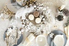 Kerstmislijst die met traditionele Vakantiedecoratie plaatsen Stock Afbeelding