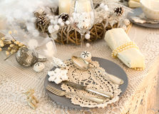 Kerstmislijst die met traditionele Vakantiedecoratie plaatsen Royalty-vrije Stock Foto