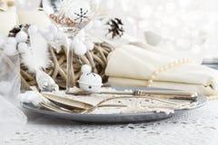 Kerstmislijst die met traditionele Vakantiedecoratie plaatsen Stock Foto