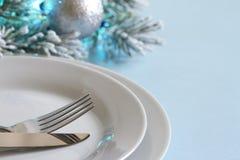 Kerstmislijst met bestek en vaatwerk stock afbeelding