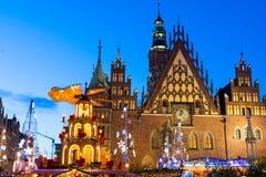 Kerstmismarkt bij avond in Wroclaw, Polen royalty-vrije stock foto