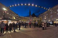 Kerstmismarkt bij het Kathedraalvierkant in Salzburg, Oostenrijk royalty-vrije stock afbeelding