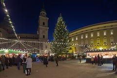 Kerstmismarkt bij het Residenzplatz-vierkant in Salzburg, Oostenrijk royalty-vrije stock afbeelding