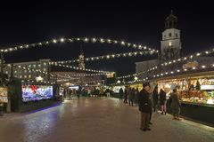 Kerstmismarkt bij het Residenzplatz-vierkant in Salzburg, Oostenrijk stock afbeelding