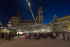 Kerstmismarkt bij het Residenzplatz-vierkant in Salzburg, Oostenrijk royalty-vrije stock fotografie