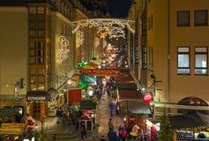 Kerstmismarkt bij Munzgasse-straat in Dresden, Duitsland stock foto's
