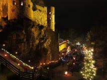 Kerstmismarkt bij oud 's nachts kasteel Stock Afbeelding