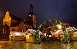 Kerstmismarkt in de koepelvierkant van Riga Royalty-vrije Stock Foto's