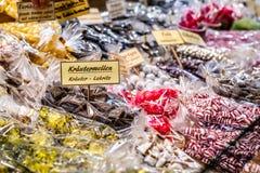 Kerstmismarkt in de oude stad die van Koblenz traditionele snoepjes en peperkoek verkopen stock foto's