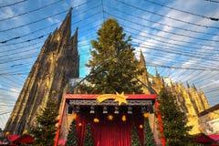 Kerstmismarkt dichtbij de Dom kerk in Keulen Duitsland Royalty-vrije Stock Foto
