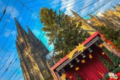 Kerstmismarkt dichtbij de Dom kerk in Keulen Duitsland Royalty-vrije Stock Fotografie