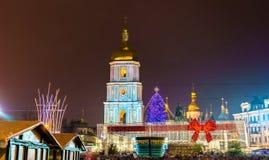 Kerstmismarkt en Heilige Sophia Cathedral, een Unesco-plaats van de werelderfenis in Kiev, de Oekraïne royalty-vrije stock fotografie