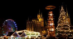 Kerstmismarkt in Erfurt met mening over Kerstmisboom en pyramide aan kathedraal stock afbeelding