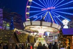 Kerstmismarkt met carrousel en ferriswiel in Duisburg, Duitsland Stock Foto's