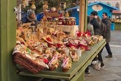 Kerstmismarkt met kiosken en boxen, mensen die giften bying Stock Afbeeldingen