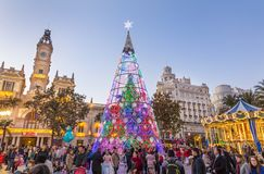 Kerstmismarkt met kleurrijke Kerstmisboom en carrousel op Modernisme-Plein van het Stadhuis van Valencia, Spanje Royalty-vrije Stock Afbeelding
