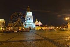Kerstmismarkt op het Vierkant van Heilige Michael ` s in Kyiv, de Oekraïne Gebied voor kinderen` s vermaak Carrousel met sprookje stock afbeelding